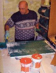 Sergio che si prepara a dipingere